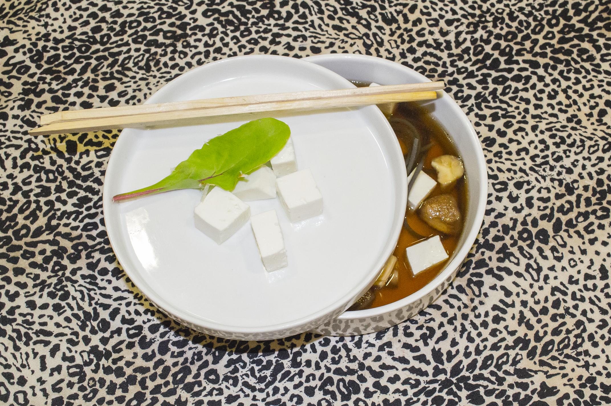Sopa oriental de shiitake y falso tofu