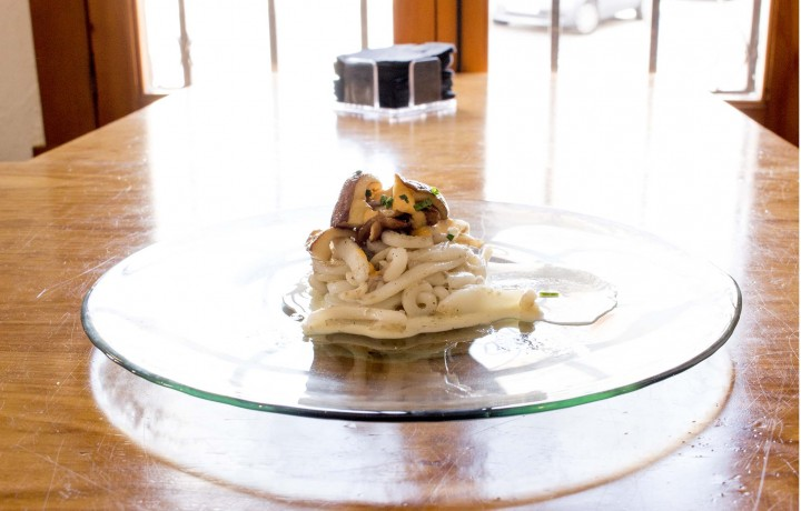 Espaguetis de sepia sobre ajoblanco y shiitake